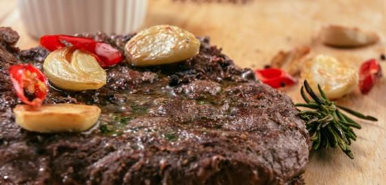 Стейк из говяжьей вырезки  с перечным соусом