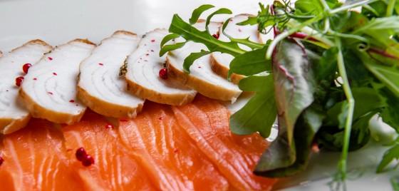 Ассорти из лосося слабой соли и клыкача горячего копчения
