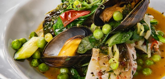 Рагу из кефали и черноморских мидий с молодыми овощами