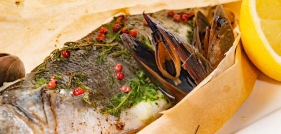 Сибас запеченный в пергаменте с мидиями бушо