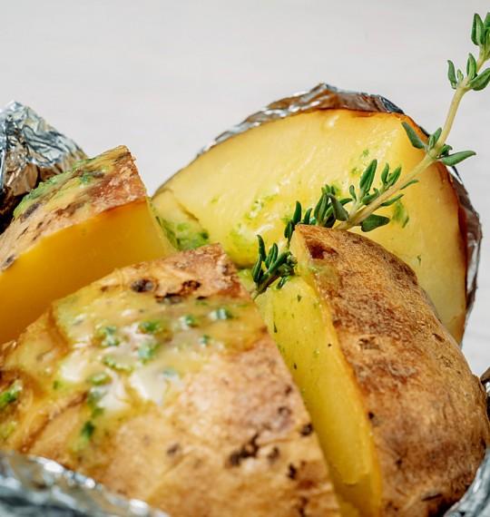 Картофель печеный в фольге со сметанно-чесночным соусом