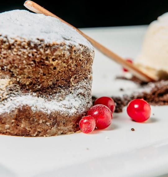 Шоколадный кекс с шариком ванильного мороженого