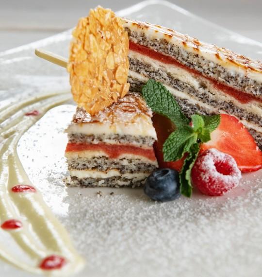 Клубнично-маковый торт с меренгой