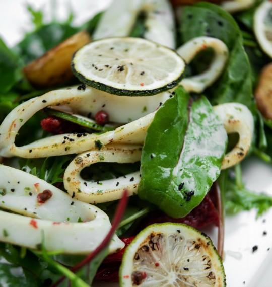Теплый салат с кальмаром,спелыми томатами,рукколой и картофелем Рате