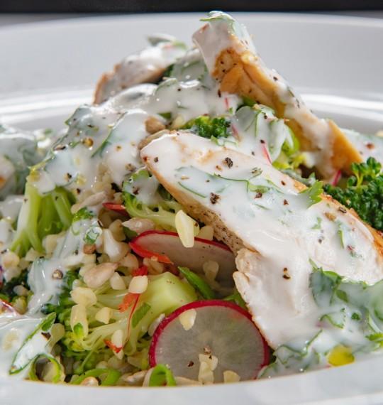 Теплый куриный салат с брокколи, редисом, булгуром