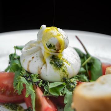 Сыр Буррата со спелыми томатами,свежей рукколой,чиабаттой и оливковым маслом