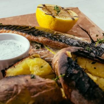 Скумбрия с печеным на углях картофелем