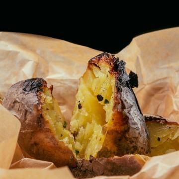 Картофель печеный на углях