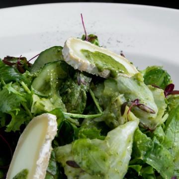 Листья зеленых салатов с овечьим сыром и заправкой из трав,меда и имбиря