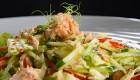 Салат с тунцом, свежими овощами и айсбергом